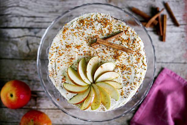 apple kuchen mit zuckerguss und buttergelb und zimt - apfel marzipan kuchen stock-fotos und bilder