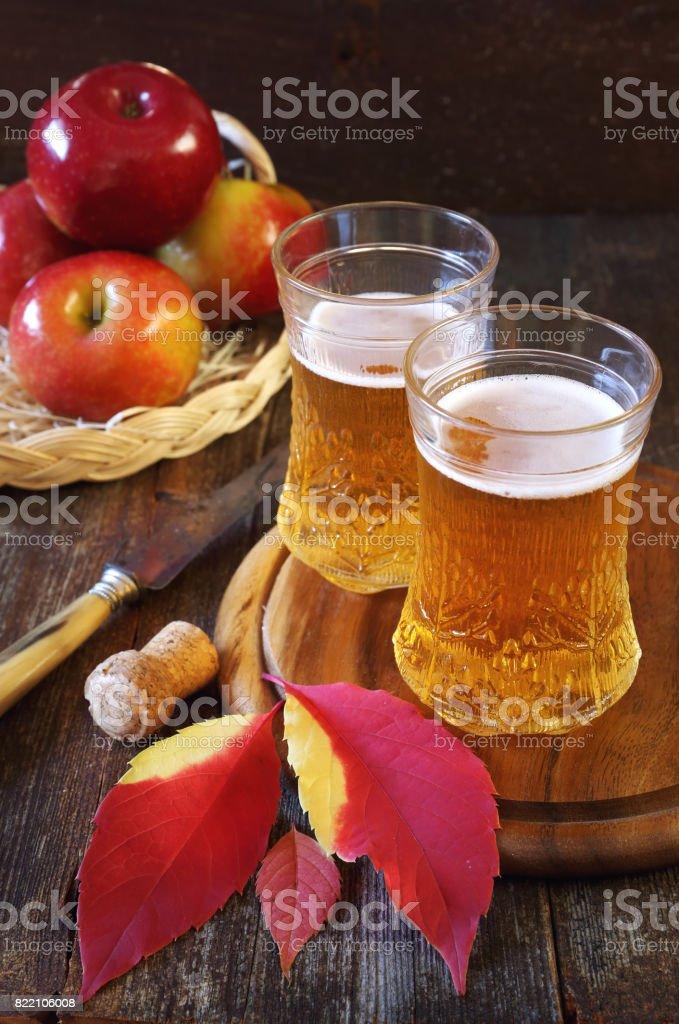 Apfelwein und roten Äpfeln – Foto