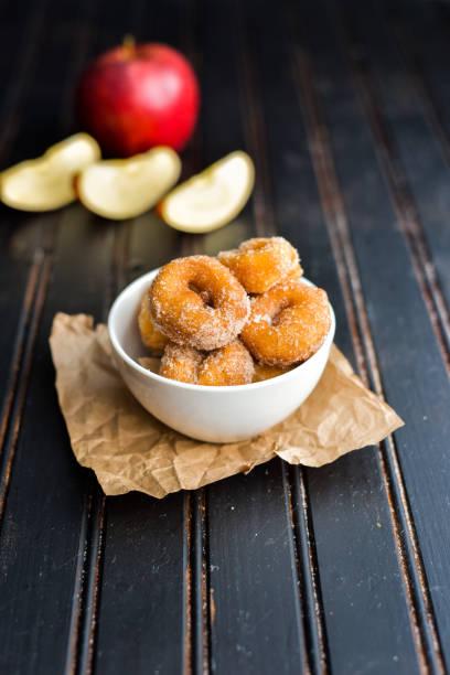apple cider donut - apfelweinkuchen stock-fotos und bilder