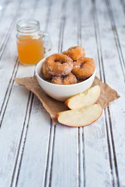 apple cider donuts in einer tasse - apfelweinkuchen stock-fotos und bilder