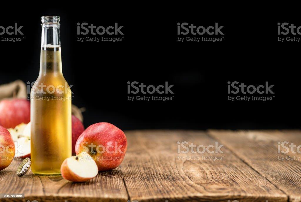 Apfelwein (Tiefenschärfe) auf Vintage Holz-Hintergrund – Foto