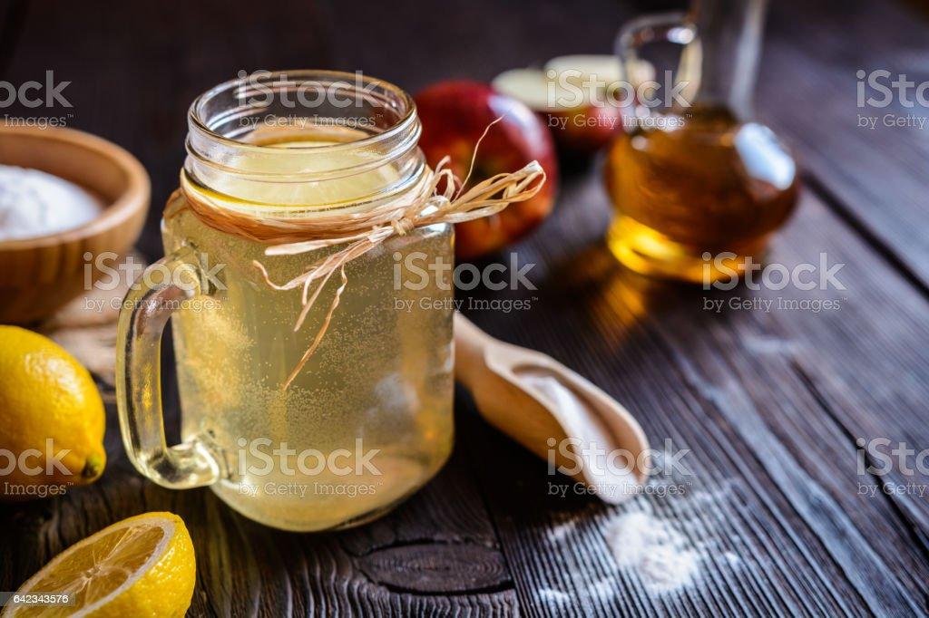 Apple cider vinegar, lemon and baking soda drink - foto stock