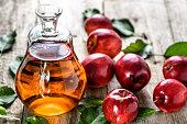 アップル サイダー酢や新鮮なりんご、有機食品、健康的な食事の概念からアルコール飲料のボトル