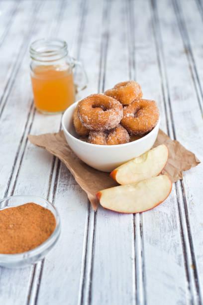 apfel zimt donuts in einer tasse - apfelweinkuchen stock-fotos und bilder