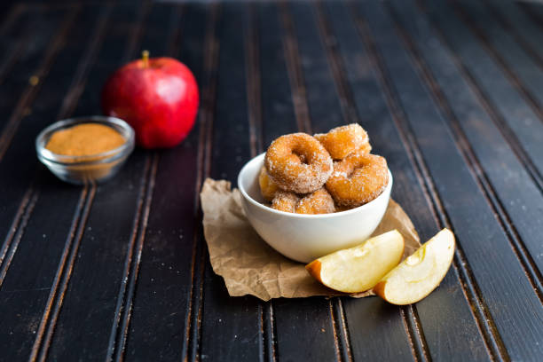 apfel zimt donuts - apfelweinkuchen stock-fotos und bilder