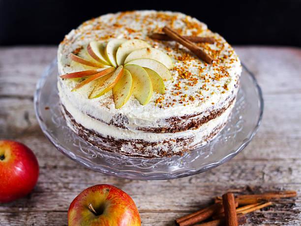 apple cinnamon lagen-kuchen mit zuckerguss und buttergelb bee puerto rico - apfel marzipan kuchen stock-fotos und bilder