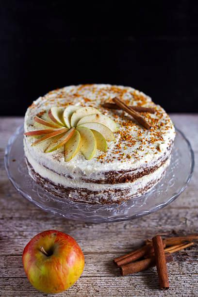 apple cinnamon nachmittagstee und kuchen mit zuckerguss buttergelb - apfel marzipan kuchen stock-fotos und bilder