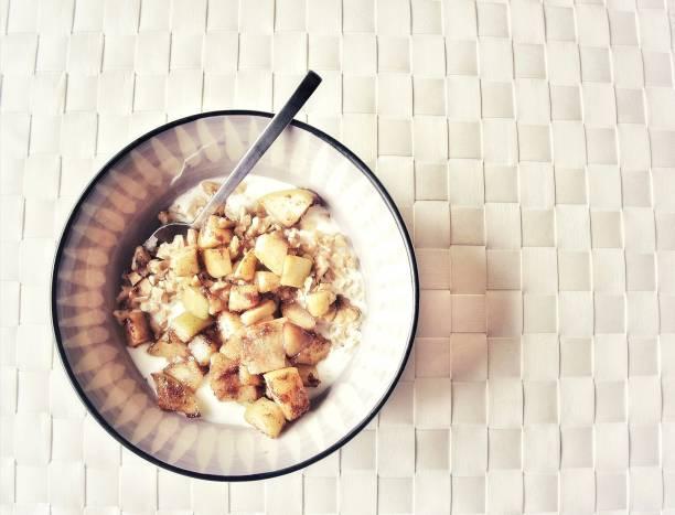 äpple & kanel/hälsosam frukost - malin strandvall bildbanksfoton och bilder