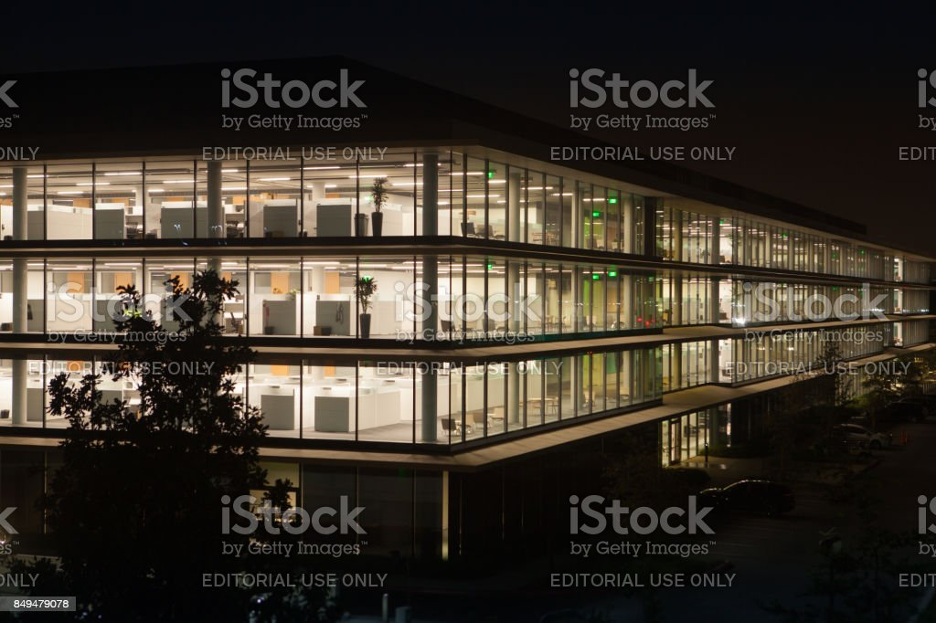 Apple Corporation office building after work hours - foto stock