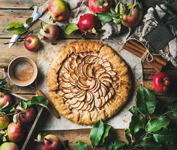 apple crostata with cinnamon and fresh garden apples - crostata stock-fotos und bilder