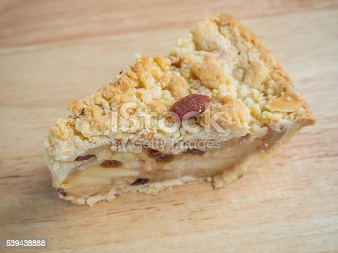 885959540istockphoto apple crumble pie-2 539438888