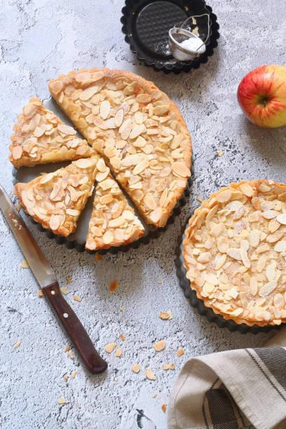 apple frangipane tarts - apfel marzipan kuchen stock-fotos und bilder