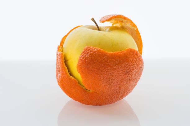 Cтоковое фото Apple in a tangerine peel