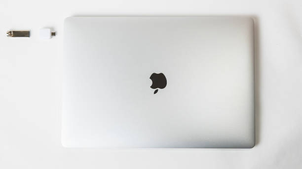 apple inc. produktdesign space gray macbook pro. foto mit kopierraum - mac stock-fotos und bilder