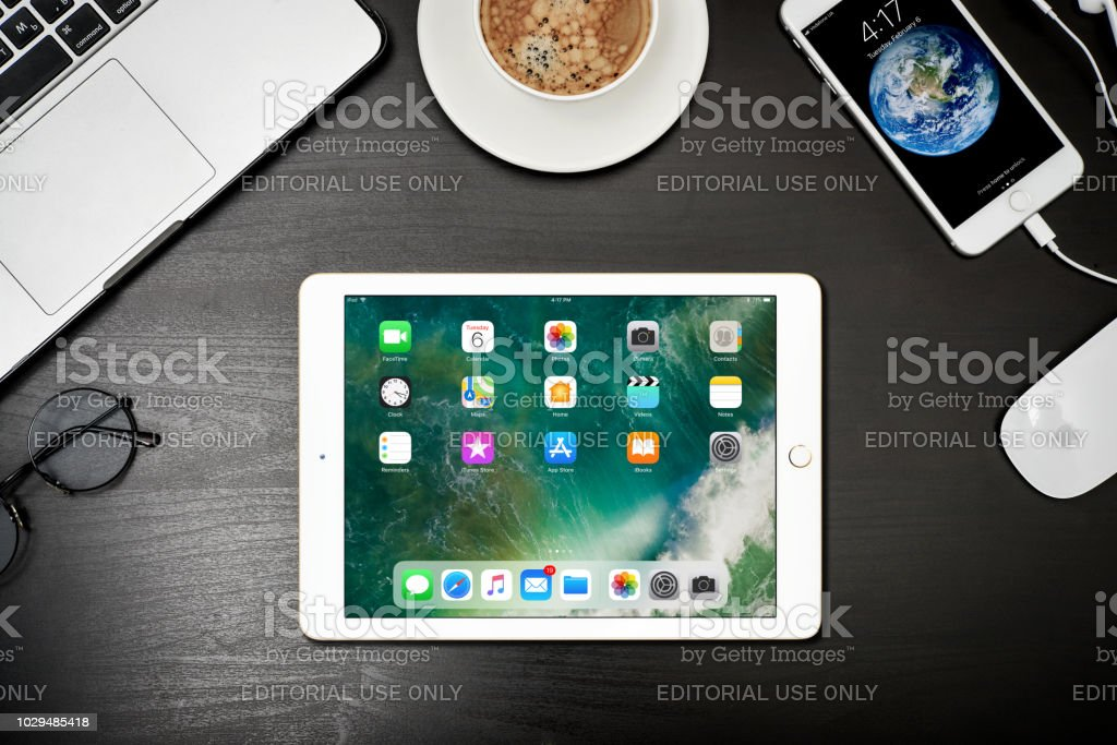 Apple iPad Gold mit 8 plus iPhone und MacBook Pro – Foto