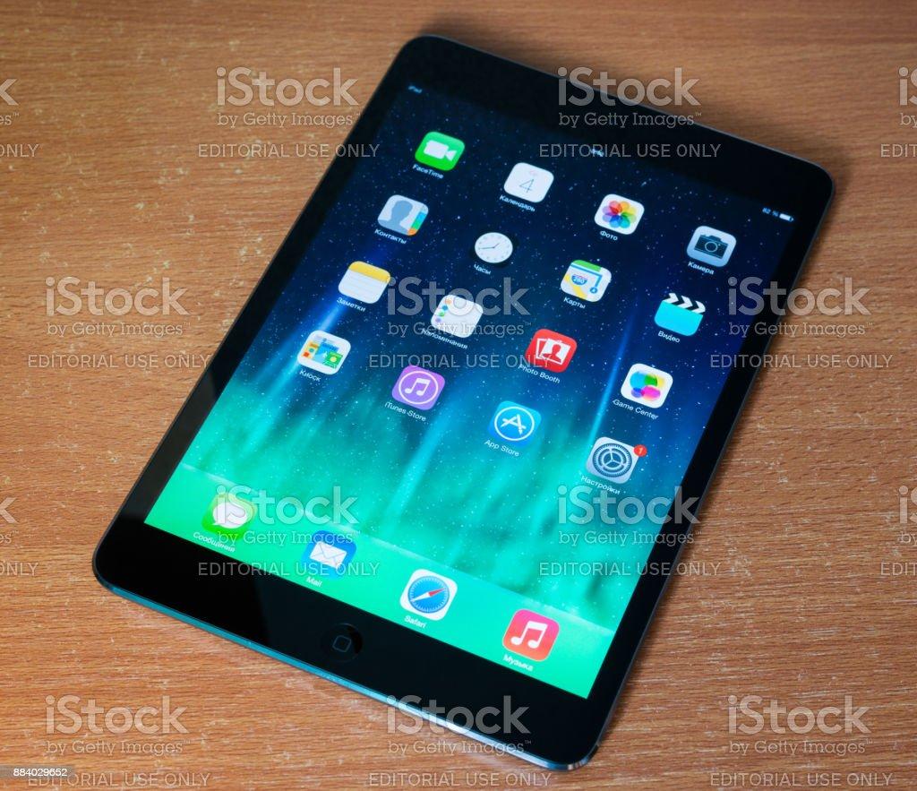 Apple iPad mini displaying iOS 7 homescreen, russian version. stock photo