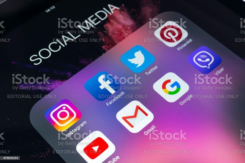 Apple iPad auf schwarzen Tisch mit Icons von social-Media Facebook, Instagram, Twitter, Snapchat Anwendung auf dem Bildschirm. Tablet-Computer Life-Style. Social-Media-app starten. – Foto