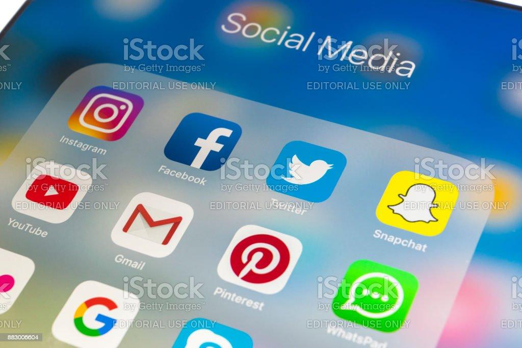 Apple iPad auf schwarzer Holztisch mit Icons von social-Media Facebook, Instagram, Twitter, Snapchat Anwendung auf dem Bildschirm. Tablet-Computer Life-Style. Social-Media-app starten. – Foto