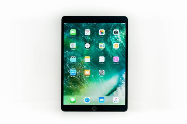 """apple ipad pro 10.5"""" space gray wifi + cellular - ipad zdjęcia i obrazy z banku zdjęć"""