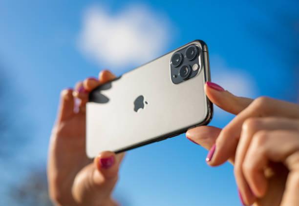 apple iphone 11 pro handy mit drei-objektiv-kamera - fotohandy stock-fotos und bilder