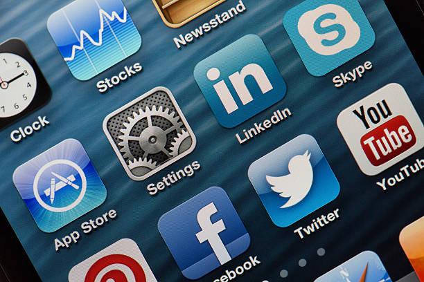 apple iphone 5-bildschirm nahaufnahme - editorial stock-fotos und bilder