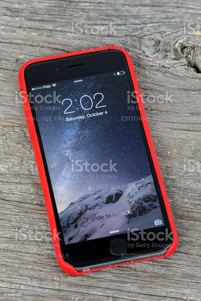 Apple Iphone 6 Interno Rosso Caso Isolato Su Sfondo In Legno