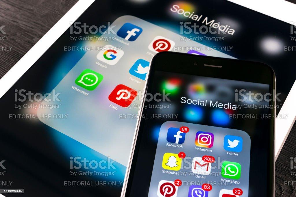 Apple iPhone 7 und iPad mit Icons von social-Media Facebook, Instagram, Twitter, Snapchat Anwendung auf dem Bildschirm. Tablet-Computer Life-Style. Social-Media-app starten. – Foto