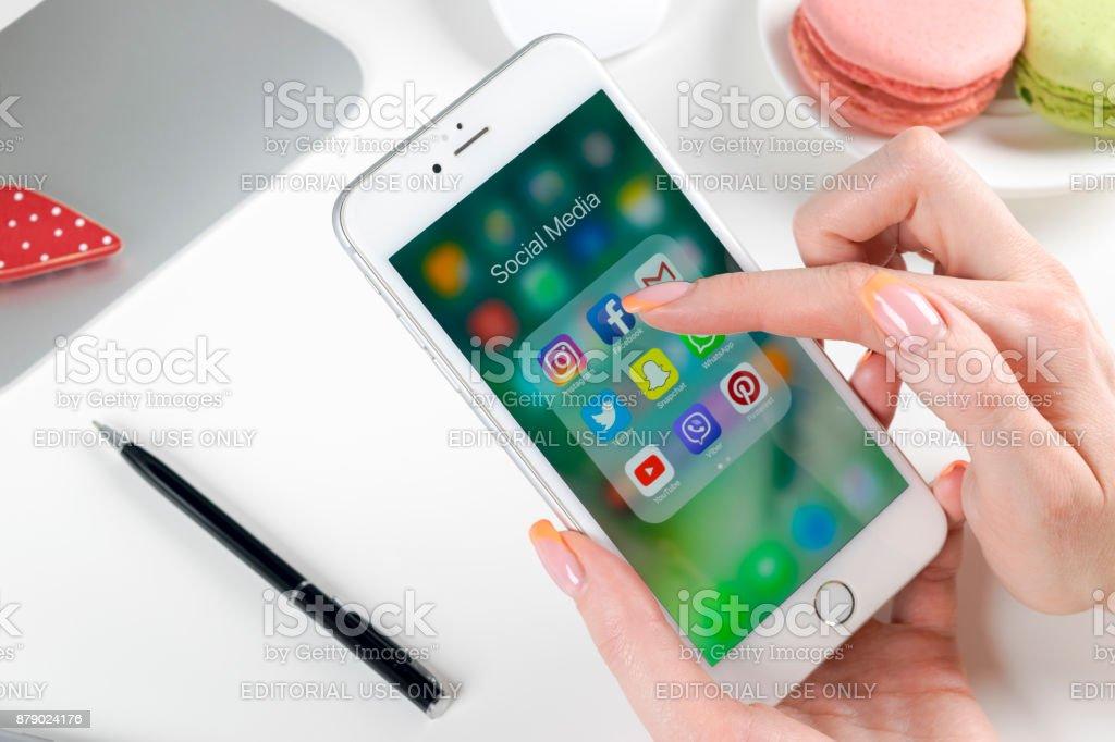 Apple iPhone 7 in der Hand der Frau mit Icons von social-Media Facebook, Instagram, Twitter, Snapchat Anwendung auf dem Bildschirm. Tablet-Computer Life-Style. Social-Media-app starten. – Foto