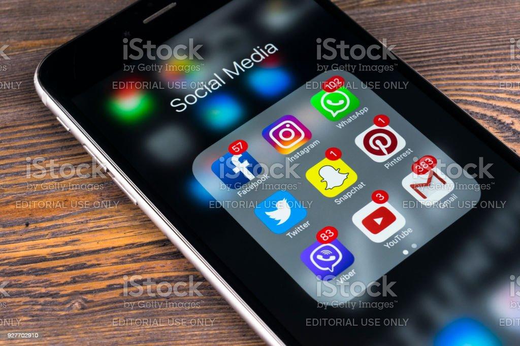 Apple iPhone 7 Ion Schreibtisch mit Icons von social-Media Facebook, Instagram, Twitter, Snapchat Anwendung auf dem Bildschirm. Soziales Netzwerk. Start social-Media-App Foto am Firmensitz – Foto