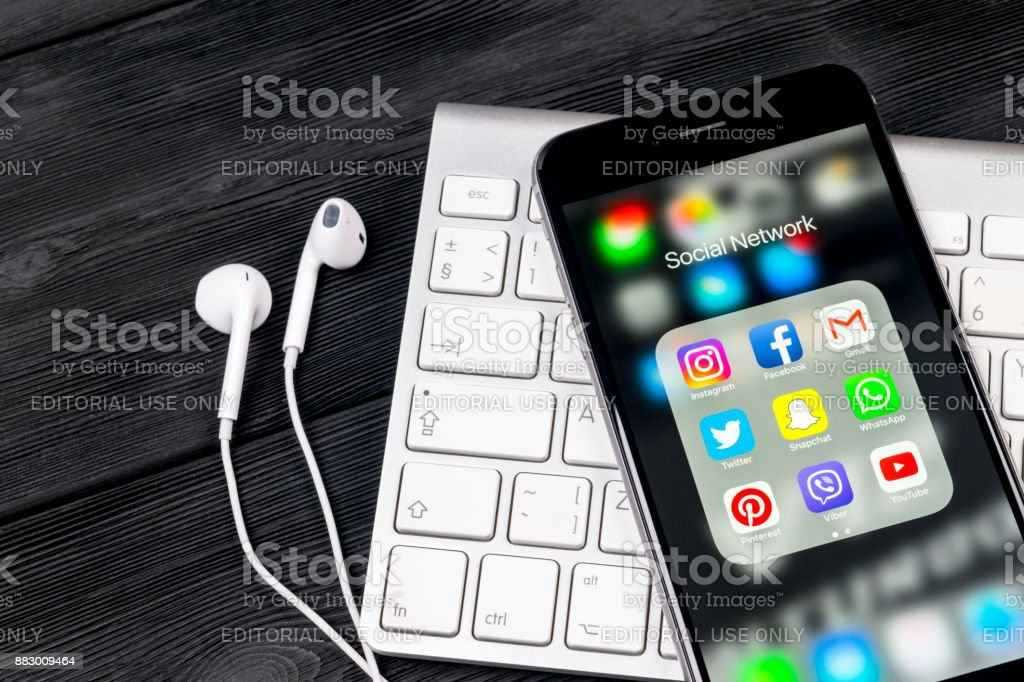 Apple iPhone 7 auf schwarzer Holztisch mit Icons von social-Media Facebook, Instagram, Twitter, Snapchat Anwendung auf dem Bildschirm. Tablet-Computer Life-Style. Social-Media-app starten. – Foto