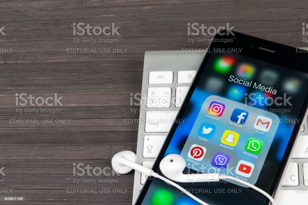 Apple iPhone 7 auf Schreibtisch mit Icons von social-Media Facebook, Instagram, Twitter, Snapchat Anwendung auf dem Bildschirm. Tablet-Computer Life-Style. Social-Media-app starten. – Foto