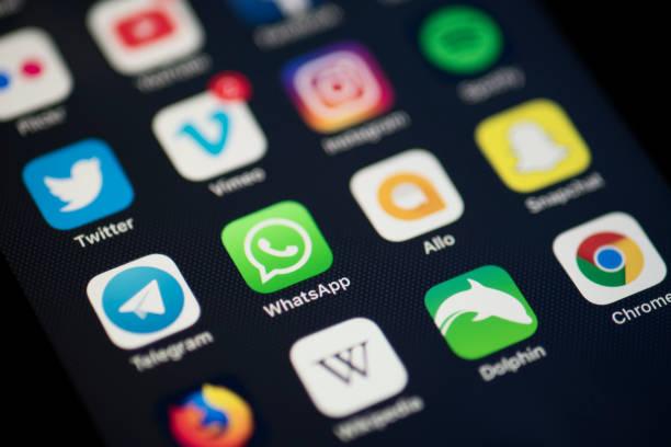 Apple iPhone 7 Plus Bildschirm mit social Media-Anwendungen-Symbole, Instagram, Twitter, Spotify, Youtube, Facebook, Whatsapp etc.. – Foto