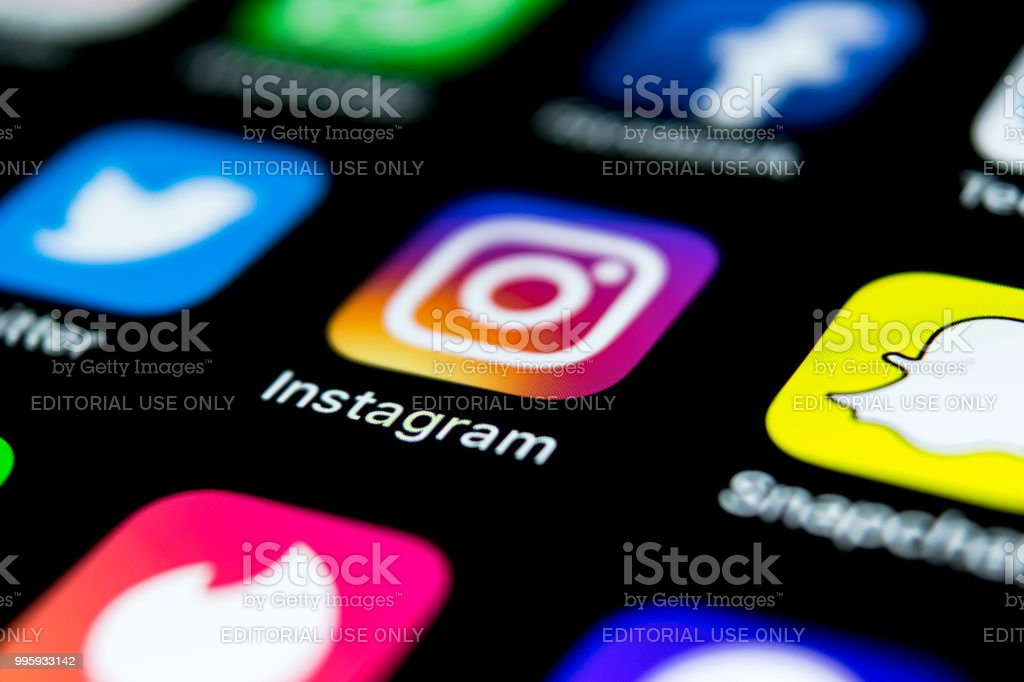 Apple iPhone X auf Schreibtisch mit Icons von social Media Netzwerk Instagram Anwendung auf dem Bildschirm. Soziales Netzwerk. Social-Media-app starten. – Foto