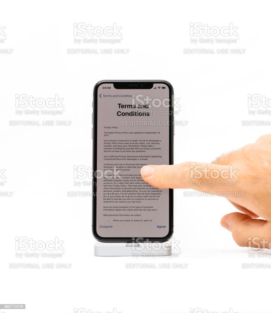 Apple iPhone X smartphone isolado fundo branco termos e condições de leitura - foto de acervo