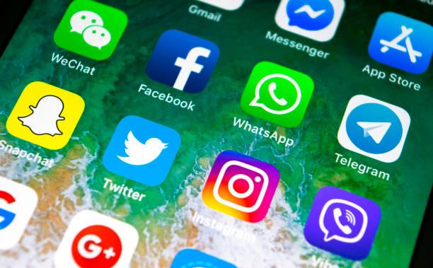 Apple iPhone X mit Icons von social-Media Facebook, Instagram, Twitter, Snapchat Anwendung auf dem Bildschirm. Social Media-Symbole. Soziales Netzwerk – Foto