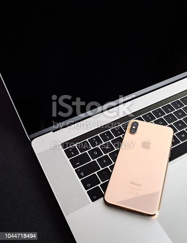 istock Apple iPhone Xs Max Gold Silver Smartphone 1044718494