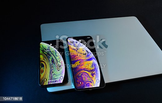 istock Apple iPhone Xs Max Gold Silver Smartphone 1044718618