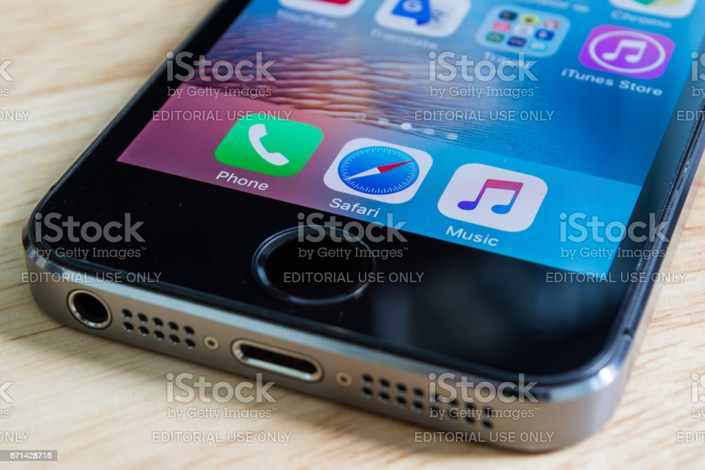 Apple iPhone5s showing its screen with phone, safari and music applications. - foto de acervo