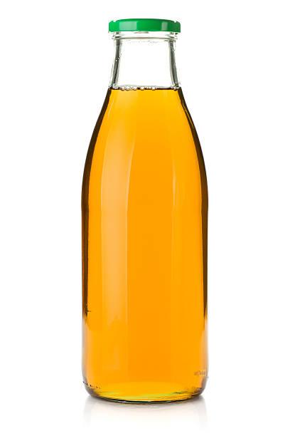 succo di mela in una bottiglia di vetro - fruit juice bottle isolated foto e immagini stock