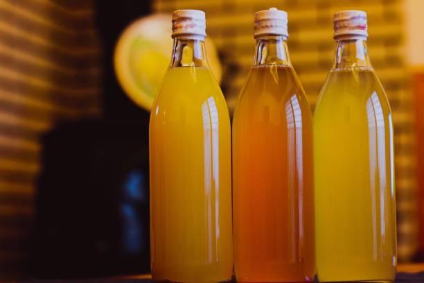 apple juice - fruit juice bottle isolated foto e immagini stock