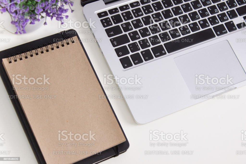 Apple Macbook Pro Retina en un escritorio con efectos de escritorio. Maqueta para el diseño de la etiqueta engomada de la etiqueta. Oficina de moda, trabajo freelance - foto de stock
