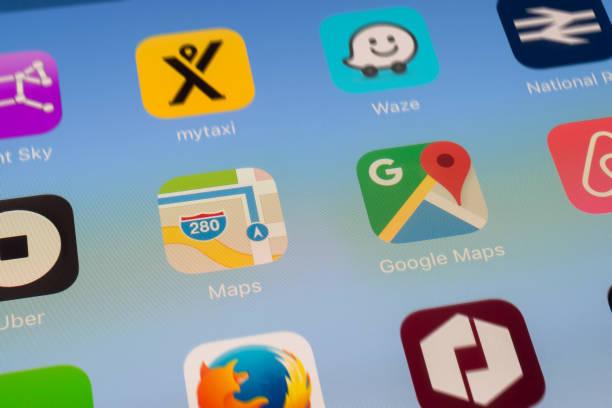 Mapas de Apple, Google Maps y otros viajan Apps en pantalla del iPad - foto de stock