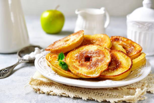 Apfel-Pfannkuchen für ein Frühstück – Foto