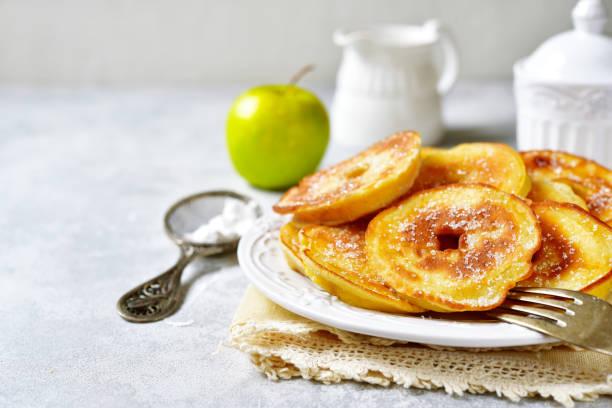 apfel-pfannkuchen für ein frühstück - ring anleitung stock-fotos und bilder