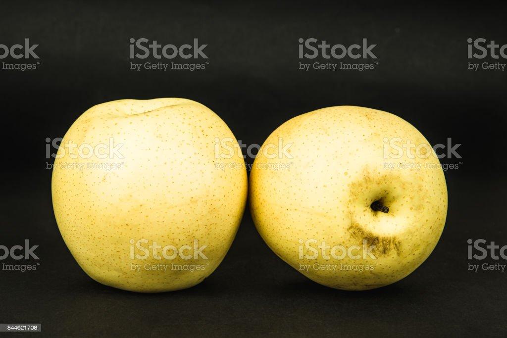 Apfel Birne auf dunklem Hintergrund – Foto