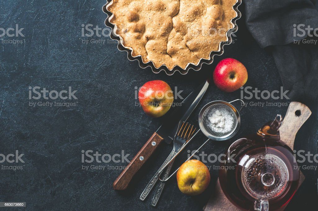 Apple pie and Cutlery over dark background foto de stock royalty-free