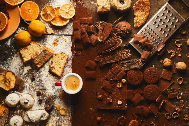 Apfelkuchen, Schokolade, Obstkuchen, Espresso auf Holztisch – Foto