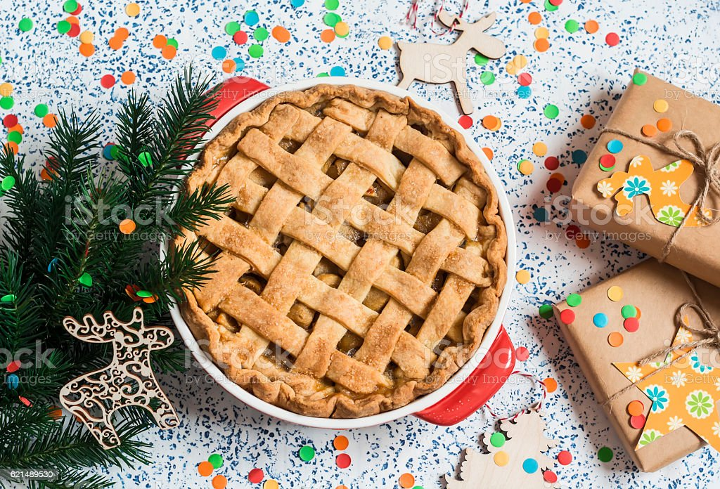 Apple pie, christmas gifts and decorations on light background foto stock royalty-free