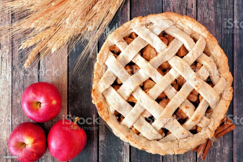Escena de pastel de manzana, arriba de la mesa en madera rústica - foto de stock
