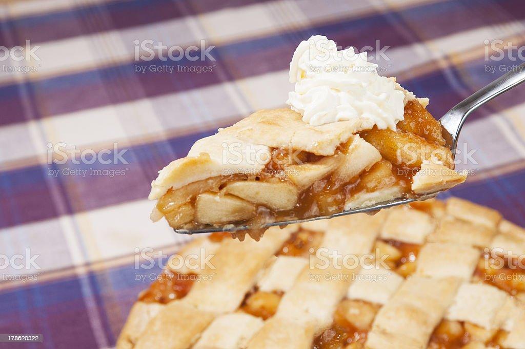 Corte de pastel de manzana con crema batida - foto de stock